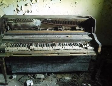 While doing Urban exploration in Detroit, Roguetrippers found an abandoned school, and this amazing piano that was left to decay.